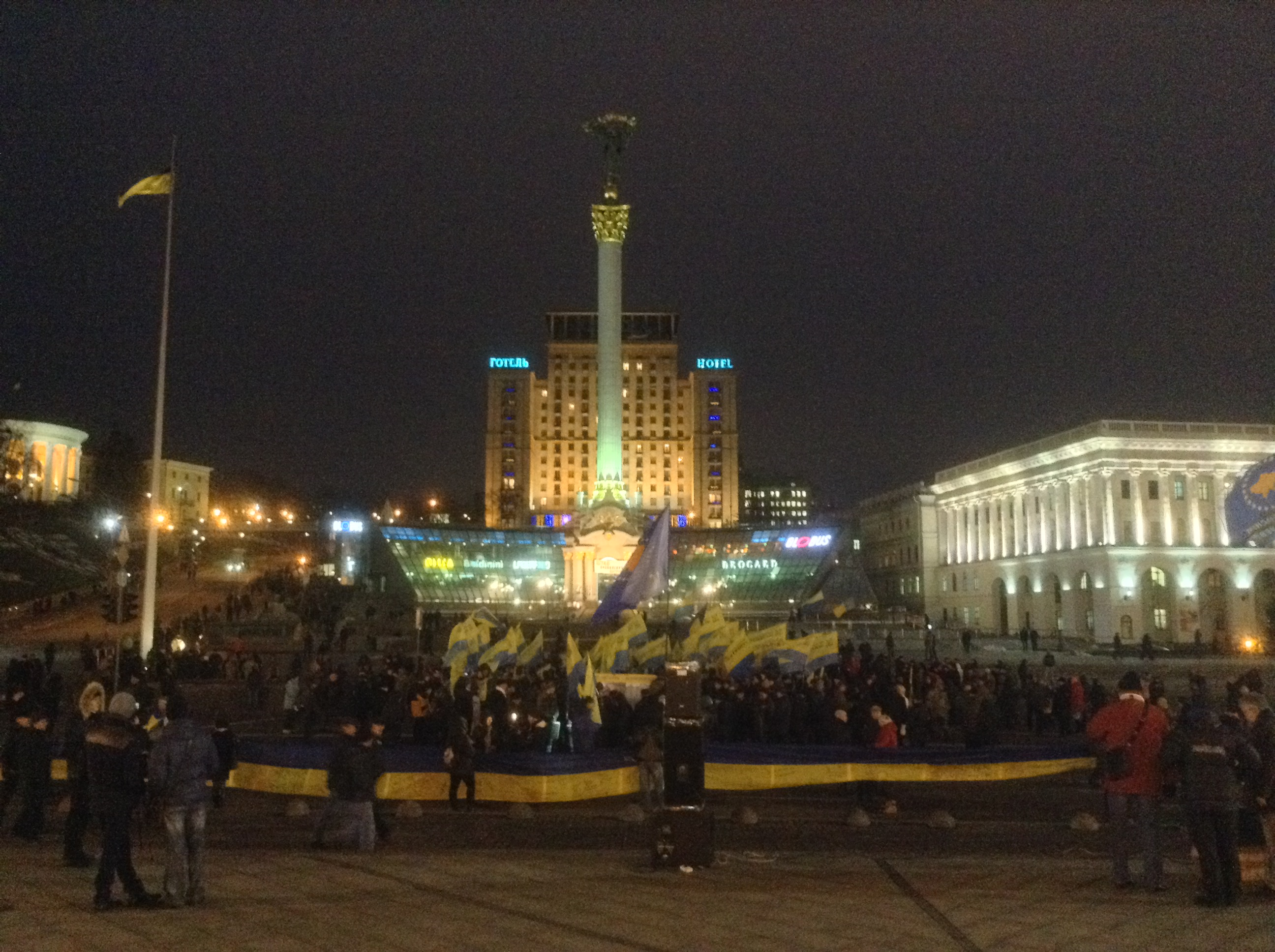 Ukrainians roll out 146 m long Ukrainian flag, 21 November 2016